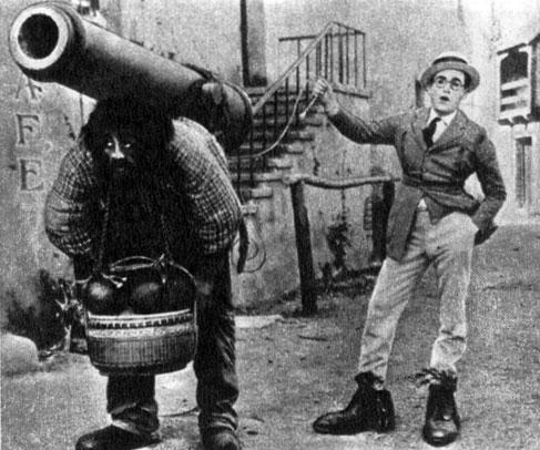 'Зачем беспокоиться?'. Реж. Ф. Нью-майер, С. Тейлор. (Справа - актёр Г. Ллойд.) 1923