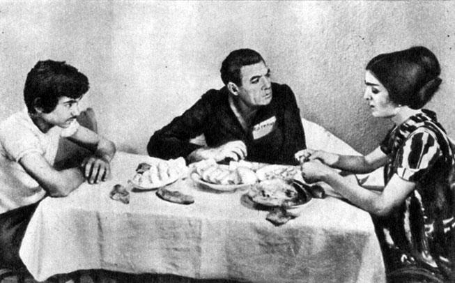 'Преступник и адвокаты'. Реж. Ю. Юсупов. (Сиродж - И. Иркаев, его отец - Б. Аннанов, его мать Сайрам - С. Сабзалиева.) 1981